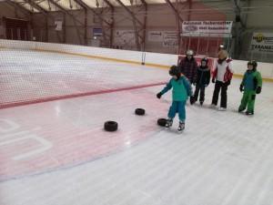 bewiesen einige Kinder ihre Geschicklichkeit im Slalomfahren auf Eis.