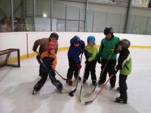 Während einige Buben Eishockey spielten,